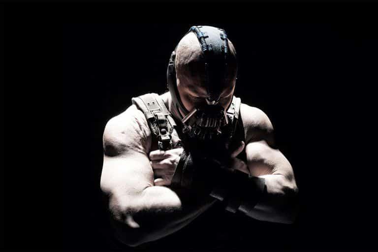 L'acteur de Gotham Bane défend le costume et fait allusion à l'inspiration de Tom Hardy pour la voix. 2