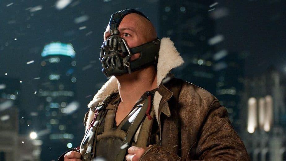 L'acteur de Gotham Bane défend le costume et fait allusion à l'inspiration de Tom Hardy pour la voix. 1